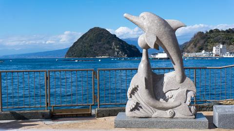 イルカのモニュメントと淡島と富士山