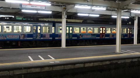 三島駅に停車中のラッピング電車
