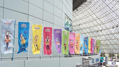 東京ドームにずらりと並ぶ旗