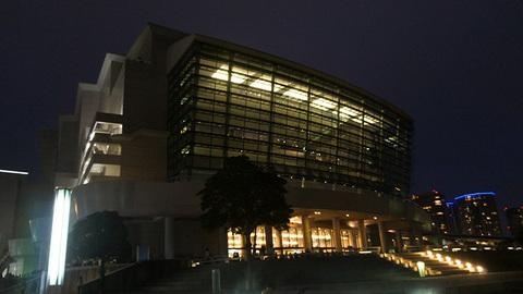 夜のパシフィコ横浜国立大ホール